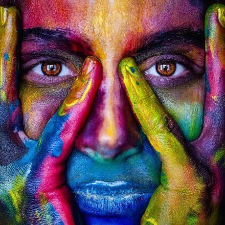 WEBデザインのレイアウトと配色は著作権に入るか カラフル ペインティング 顔