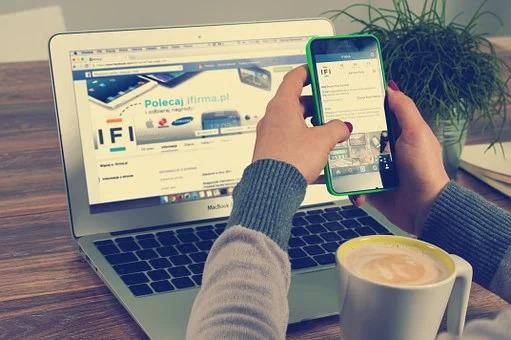 レスポンシブデザインのサイトを表示している画像
